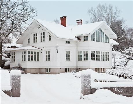 Lantligt franskt och bohuslänsk skärgård. Nybyggt i 1800-talsstil. I den vita kaptensvillan möts kontrasterna i skön förening.