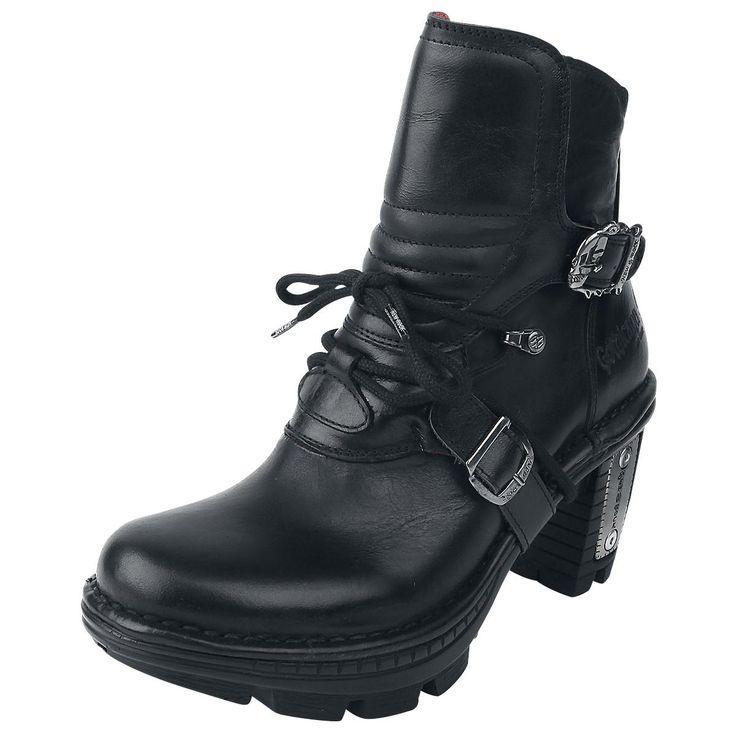 Boots av Gothicana från EMP: 'NEW ROCK Boots' - Originalet - tillverkas för Gothicana!  . Fotled axelhöjd: 11 cm - Gummisula klack: 9 cm - Dragkedja - Två slående metallspännen på utsidan - Snörning - Präglad logo - Yttre och inre material: 100% läder - Hög ytfinish - Rött innerfoder  Nya 'Rock Skull Boots' av Gothicana från EMP har 9 cm höga klackar och är prydda med två distinkta metallspännen, i form av en döskalle. Dessutom är en logotyp präglad i högkvalitati...