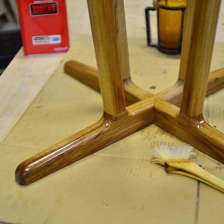 年内最後に入ってきた依頼はラウンドテーブル フィンユールの椅子を使われるとの事でそれをイメージしてデザイン  チークにオイルを塗った瞬間はとても綺麗で見惚れてしまいます。  #teak#ラウンドテーブル#roundtable #円卓#オイルフィニッシュ#ワトコオイル