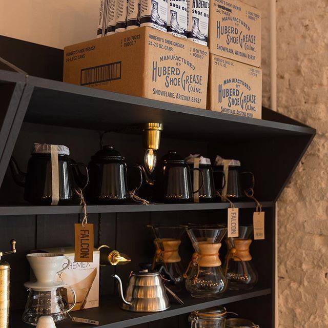 ¿Conoces la cafetera americana Chemex? Esta icónica cafetera fue creada por un químico en 1941, el Dr. Peter Schlumbhm. Este científico dedicó su vida a crear objetos cotidianos más funcionales, atractivos y fáciles de usar, por lo que no podía faltar en nuestras estanterías.  Para crear esta cafetera estudio la química detrás de la extracción del sabor y la cafeína de los granos de café. Además del diseño de la cafetera, su secreto está en el filtro de doble cara. Ven a nuestra casa a…