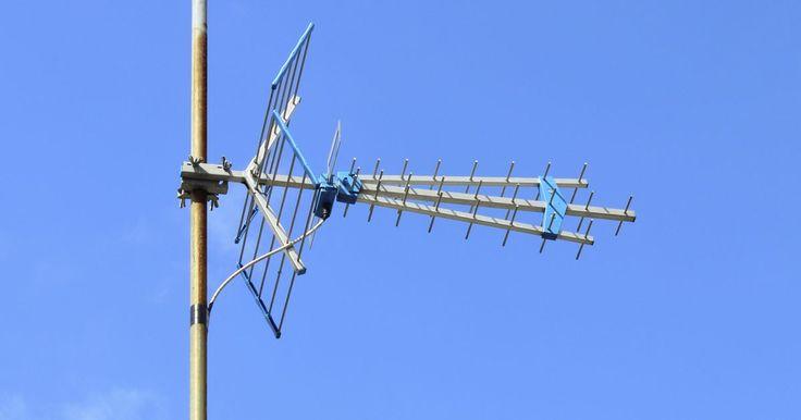 Cómo construir una antena para televisión de largo alcance. La televisión se transmite con una longitud de onda mayor a la del radio, esto significa que su señal puede recibirse desde sitios muy distantes. Esto no es un problema si tienes televisión por cable o satélite, pero si no es así, necesitarás una antena. Si vives a más de 50 millas (80,5 km) del sitio donde transmite tu televisora, necesitarás una ...