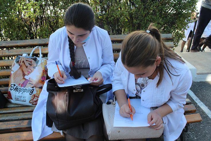 Волонтер – Человек нужный!  (Акция в рамках программы развития добровольчества на территории города-курорта Кисловодска «Сопричастность») В МБУ «Центр молодежи» реализуется множество программ по развитию. Одной из них является программа развития добровольчества на территории города-курорта Кисловодска «Сопричастность». С этой программой 6 октября, сотрудники МБУ «Центр молодежи» пришли к студентам Кисловодского медицинского колледжа. Волонтерство для ребят в колледже медиков не в новинку…