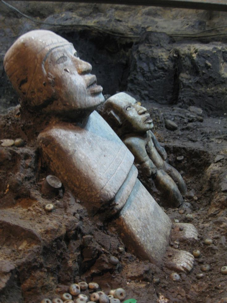Splendides découvertes à Teotihuacan, dans le tunnel sacré des Dieux accéder à l'inframonde, la région sacrée des morts, il avait fallu descendre dans les entrailles du Serpent à plumes, à 15 mètres sous terre, et traverser ce tunnel scellé depuis 1800 ans !