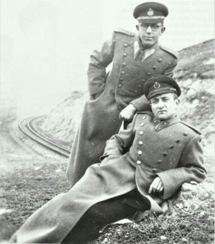 Ankara Demirlibahçe'de iki genç harbiyeli, yıl 1943.