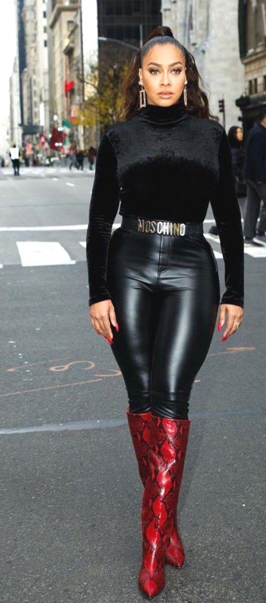 Jessica Alba svarta stövlar svarta tights svart tröja svart