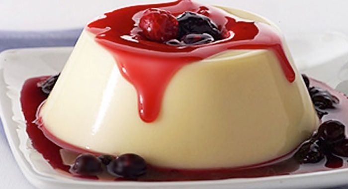 Flan de queso bañado en salsa de frutos rojos / con receta.