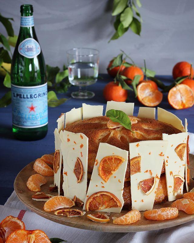 """Bizcocho de Mandarinas y Chocolate blanco [Link en BIO]  Los cítricos son una perdición. Limones limas naranjas pomelos o mandarinas llenan de sabores exóticos los platos a la vez que aportan un colorido de lo más apetitoso. Toma nota de esta #receta paso a paso y prepara un exquisito """"Bizcocho de Mandarinas"""" junto a una refrescante @SanPellegrino_official y una copa de cava.  #foodinspiration #sanpellegrino #water #sparkling #drink #fresh #style #Italianstyle #beautiful"""