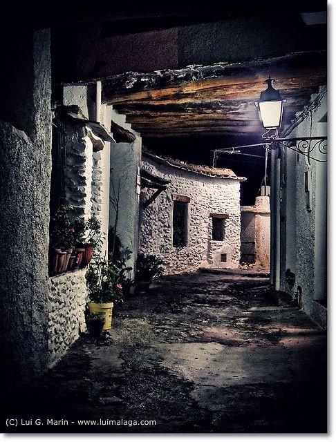 Calle de noche en Pampaneira. Es una localidad y municipio español perteneciente a la provincia de Granada, comunidad autónoma de Andalucía. Está situado en pleno barranco de Poqueira, en la parte centro-occidental de la Alpujarra Granadina, a unos 66 km de la capital provincial. Limita con los municipios de Bubión, Capileira, La Taha, Órgiva, Carataunas y Soportújar. Gran parte de su término municipal pertenece al Parque Nacional de Sierra Nevada y al Conjunto Histórico del Barranco de…