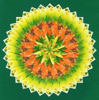 mandala van theezakjes door mow vierkantjes knippen, en dan vliegertjes vouwen, en dat op een speciaal patroonpapier plakken