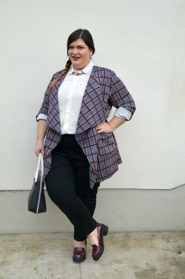 Plus size outfit nero, bianco e bordeaux by Plus.