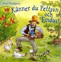 """En dag hittar Findus på en ny lek.""""Jag har gömt en sak i ett hus där det kacklas"""", säger han till Pettson. Pettson går in i hönshuset och hittar en skål. Så fortsätter de med fler saker som har gömts och ska hittas, och till slut kommer det fram: Pettson ska grädda pannkakor förstås!En kartongbok för de minsta om Pettson och Findus."""