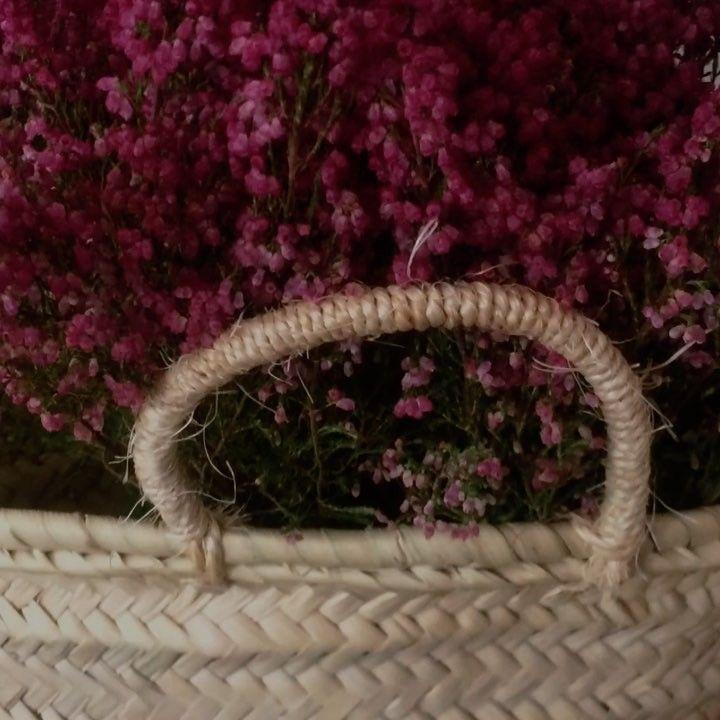 Disfruta del #otoño. Suave y delicioso. Llena tu casa de plantas de otoño, como el brezo, en #cestasdemimbre, #cestasdecastaño, #capazodepalma...siempre #unacestadecestashome. Te dejamos unas cuantas ideas en este vídeo. #cestasdecalidad #cestasartesanales #caliadcestasdeespaña #handmadebaskets