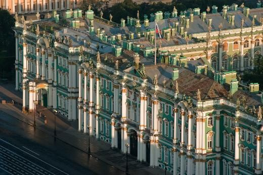 Kış Sarayı, Rusya    Rusya'nın St. Petersburg şehrindeki Kış Sarayı'nı Katerina yaptırdı. Binalar kompleksi, günümüzde dünyanın en göz alıcı koleksiyonlarına ev sahipliği yapan Hermitage Müzesi'ni de içinde barındırıyor.