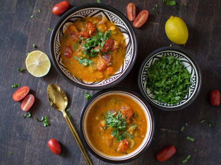 Das ist mein Lieblingsgericht im Herbst und Winter. Die scharfe Harissa Gewürzpaste und das frische Gemüse ist Sonnenschein für meine Seele.