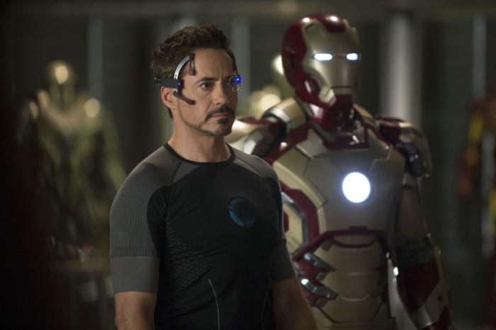 Iron Man/ Tony Stark (Robert Downey Jr.) rüstet seinen Anzug für den Kampf auf.  TM & © 2013 Marvel & Subs. All Rights Reserved. www.marvel.com