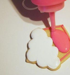 Cómo hacer glasa real. ¿Te estás aficionando al mundo de la repostería? Ahora está muy de moda hacer cupcakes con sus respectivas decoraciones. Hay muchas maneras de decorarlos y una de ellas es la glasa real que es una mez...