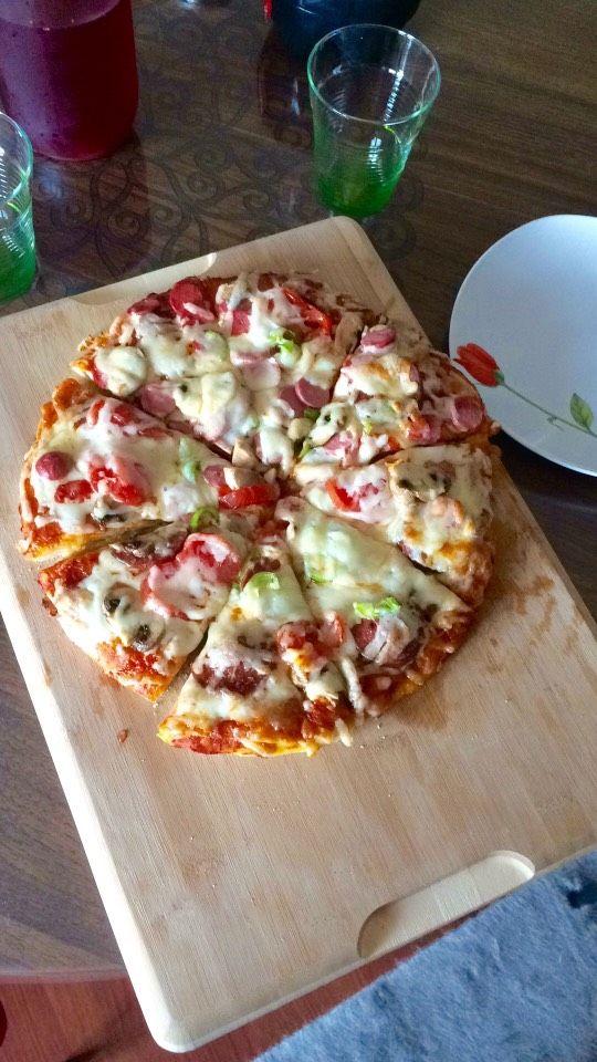 Videolu anlatım Evde Pizza Tarifi Nasıl Yapılır? 41.210 kişinin defterindeki Evde Pizza Tarifi'nin videolu anlatımı ve deneyenlerin fotoğrafları burada. Yazar: Elif Atalar