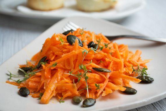 Dies ist ein äusserst vitaminreiches Rohkost-Rezept. Der Rüeblisalat mit Kresse schmeckt hervorragend frisch und ist schön anzusehen!