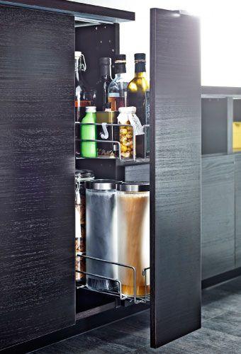 Nyitott, függőleges kihúzható szekrény palackokkal és üveg tárolókkal
