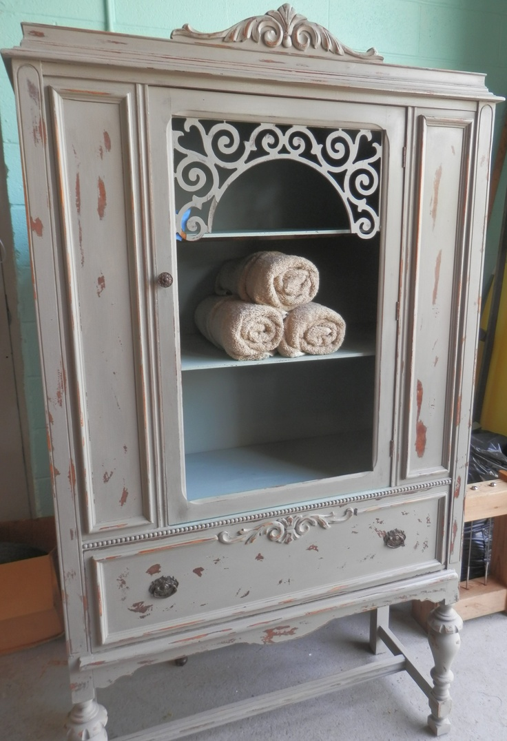 I used Annie Sloan chalk paint in French Linen on the outside, Duck egg blue on the inside of cabinet polished off with a clear wax and used a hint of Annie Sloan gilding wax in Empire gold- LP