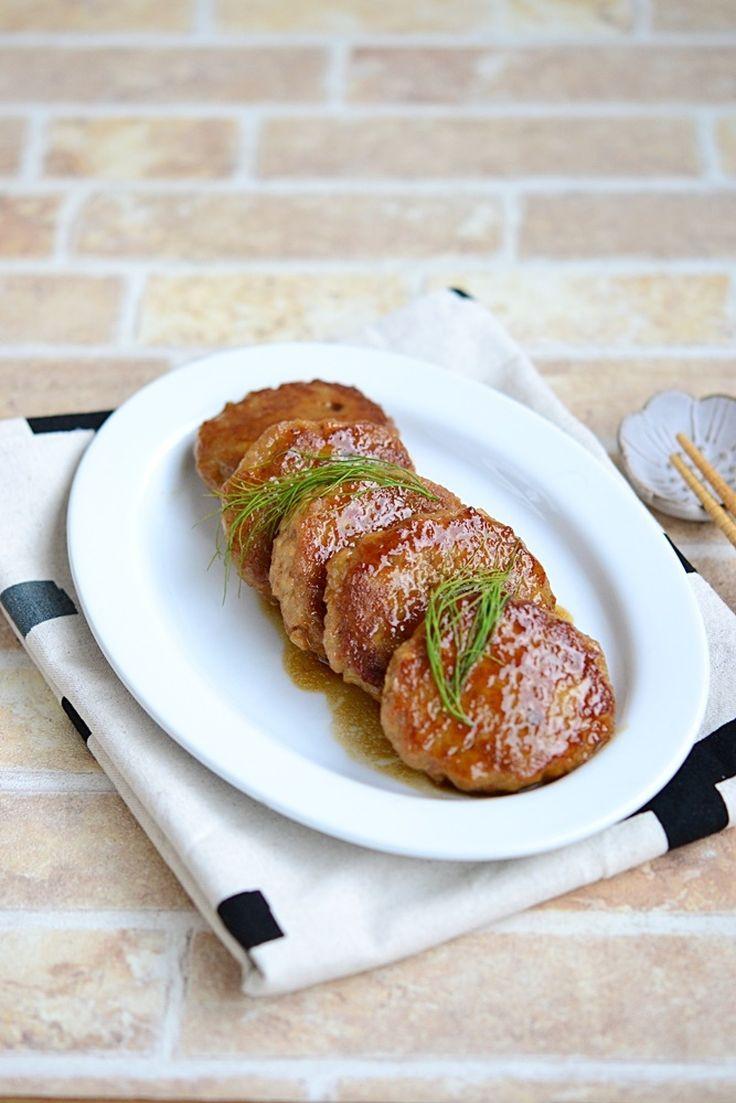 れんこんの甘辛つくね【作りおき】  by 鈴木美鈴 / お肉と同量のれんこん入りなので、しっかり野菜が摂取でき、ご飯が進む甘辛つくねです。鶏ひき肉で作るとさっぱりとして、とってもヘルシーです。 / Nadia
