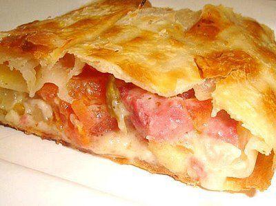 Ingredientes:  1 fatia de massa para pastel de aproximadamente 40 cm 4 fatias de queijo prato 4 fatias de presunto 6 fatias de tomate sem semente Maionene Orégano  Modo de
