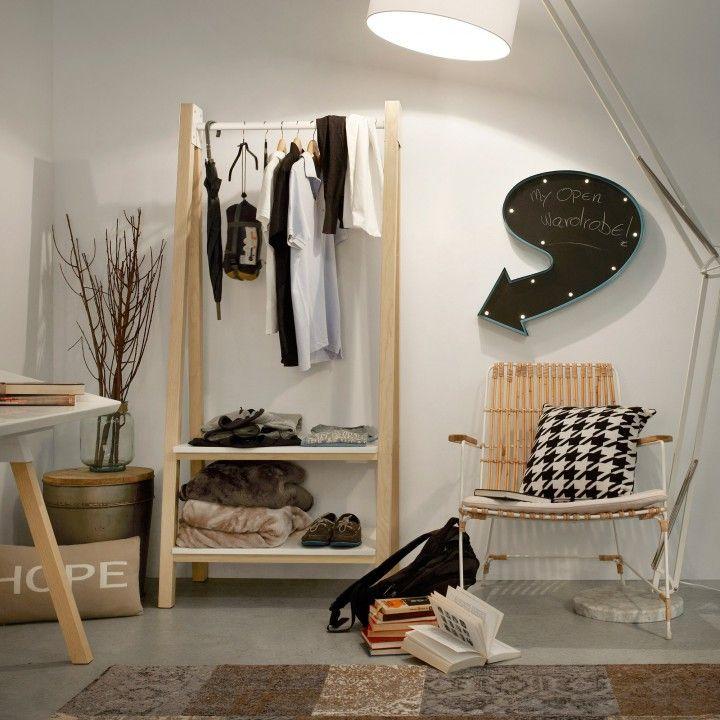 Penderie de dessin scandinave avec tablettes en panneaux de fibres de bois laqué en blanc et pieds en frêne massif naturel.