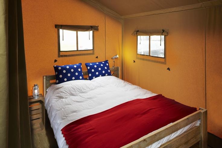 De ouderslaapkamer van een FarmCamps Safaritent.