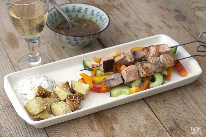 Heerlijke Zalmspiesjes met gebakken sesam-aardappelen, Turkse yoghurt en paprika. Lees dit en andere smaakmakende gerecht op BonApetit Foodblog.