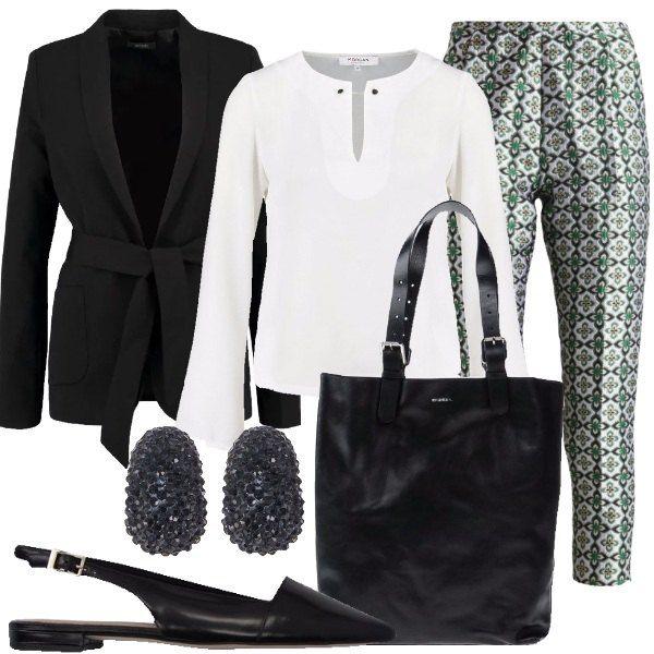 Outfit composto da pantaloni a fantasia, camicia bianca con scollo a V, blazer nero con cintura annodata in vita, borsa nera a mano in pelle, scarpe basse con cinturino alla caviglia e orecchini in metallo e plastica.
