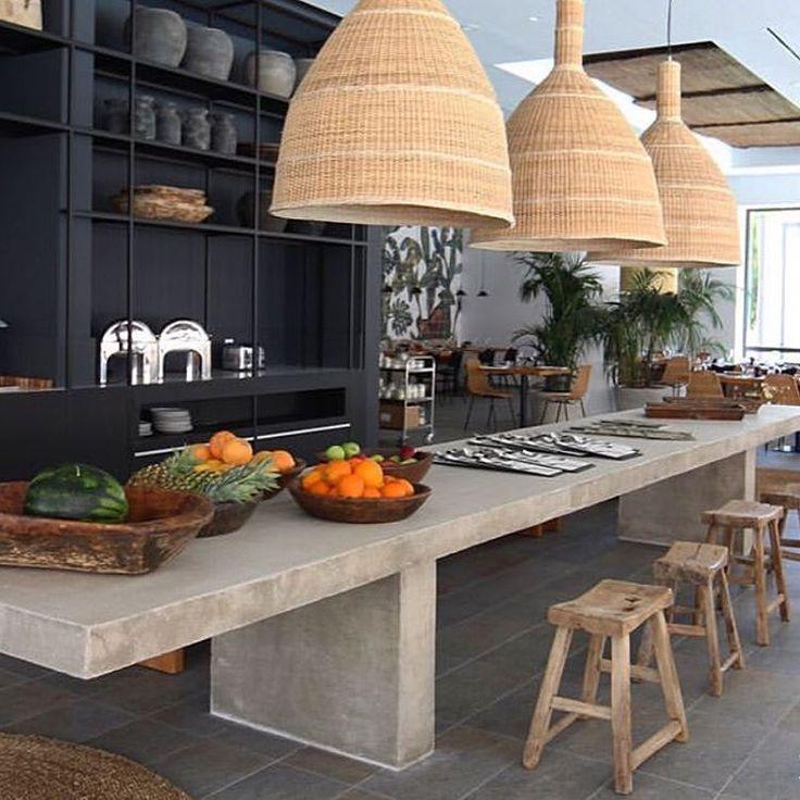 Style rustique, moderne et chaleureux, voilà un beau mélange! Les luminaires en fibres naturelles ajoutent beaucoup d'ambiance! Repost from#insideinteriorstories#cuisine#kitchen#beton – estrem monjouste