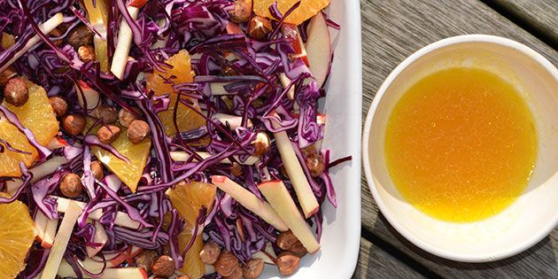 Frisk rødkålssalat med æble, appelsin og ristede hasselnødder. Salaten er utroligt smuk i farverne, og den serveres med en skøn dressing med hvidvinseddike og honning.