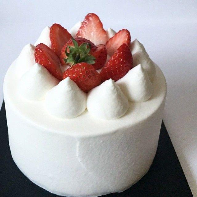 _ 딸기 생크림케이크 strawberry fresh cream cake #생크림케이크#딸기케익#나나케이크#fresh cream#nanacake#cakes#strawberry #보드랍고 달콤한 한입~