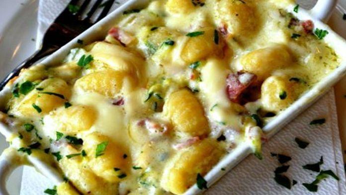 Špagety Carbonara jistě každý zná. Slyšeli jste už však o bramborách Carbonara? Jde o smetanové brambory s masem, cibulí a parmazánem. Tento recept si zamilujete už jen proto, že vše navrstvíte do zapékací misky a více se o brambory nestaráte. Pak už si na talíři vychutnáte jemné smetanové brambory, které …