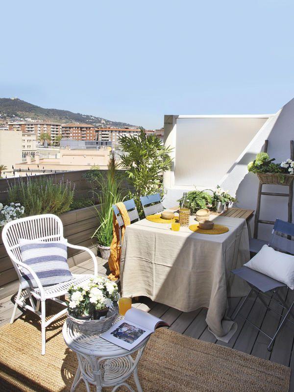 #Comedor en la #terraza: La mesa está vestida para el almuerzo con un mantel de algodón