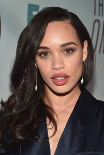 "Cleopatra Coleman  Born: October 29, 1987 in Byron Bay, New South Wales, Australia  Height: 5' 5"" (1.65 m)"