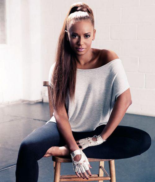 Mel B nie daje o sobie zapomnieć.  Mel B to była członkini zespołu Spice Girls, która wciąż kontynuuje swą karierę na rynku. Choć nie skupia się na karierze muzycznej, to jednak mocno udziela się w show-biznesie. Zanan jest jako jurorka programu X Factor. Jednak wielu paniom kojarzyć się może ze swymi programami treningowymi, jakie można znaleźć na Youtube. Prezentuje ona trening Cardio oraz inne sposoby na dobrą sylwetkę. #celebryci #melB ##muzyka ##spice girls