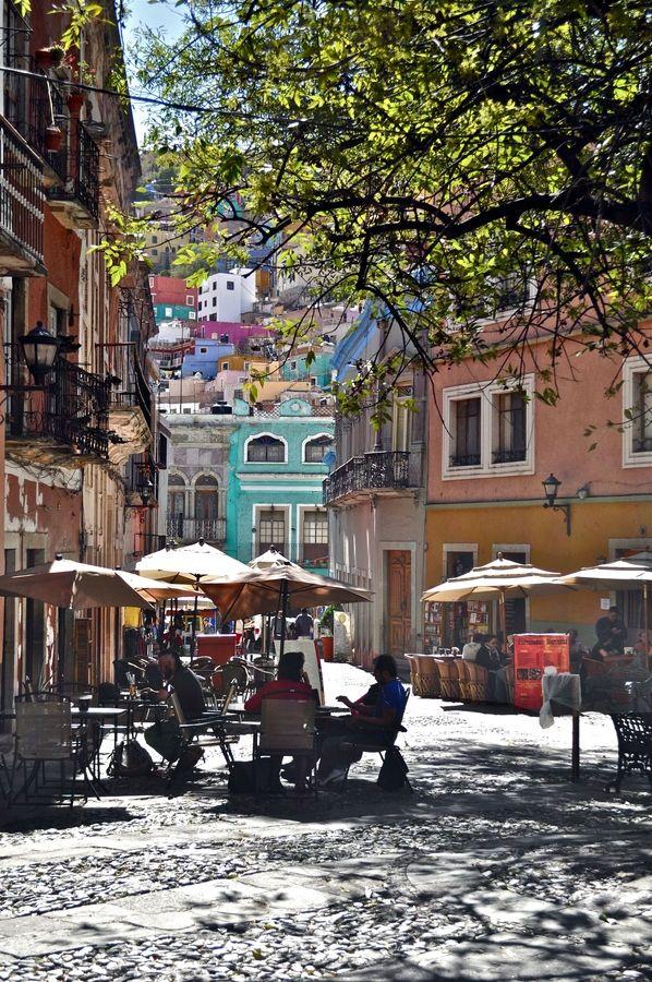 Guanajuato, Mexico Yo he comido en esa plaza!!!, en la casa amarilla lado derecho, hay  un restaurante de verrea, delicioso!!!!!