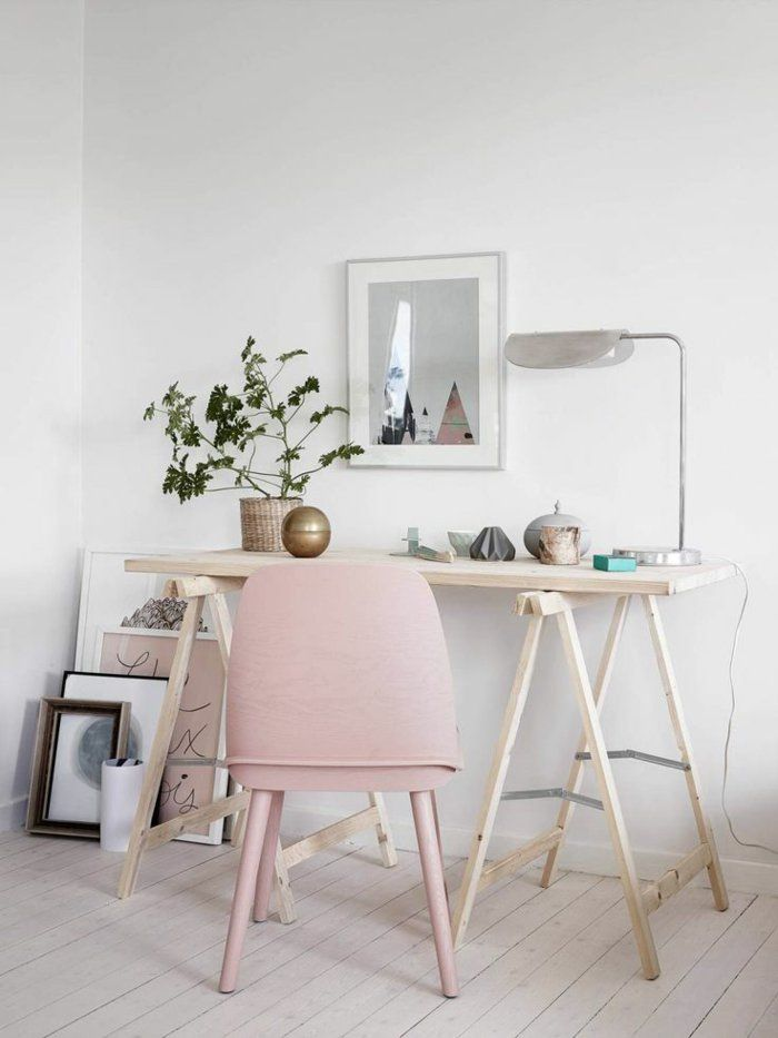 rosa Polsterstuhl und hölzerner Schreibtisch
