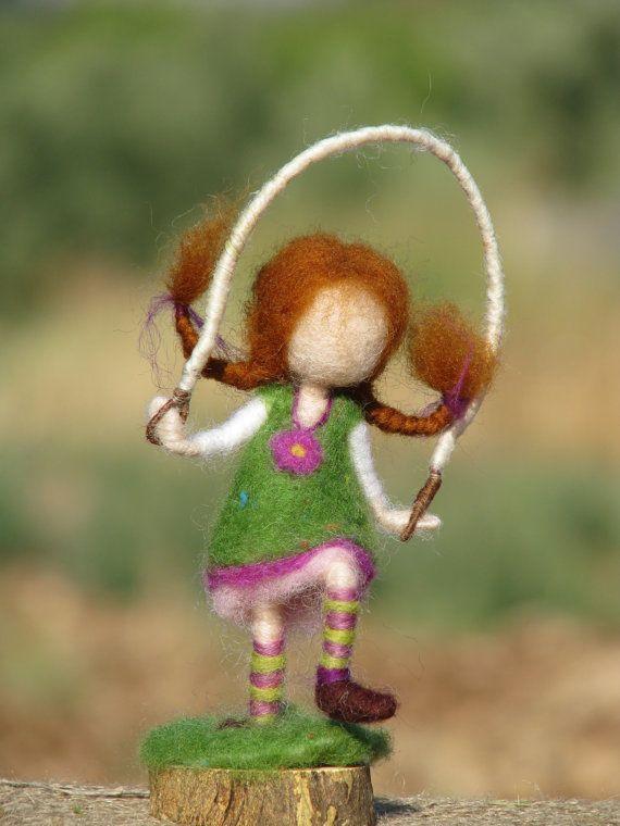Esta aguja fieltro muñequita traer diversión a su casa. Sólo 5 de alto, está conectado a la base de madera. De pie sobre una sola pierna, saltar la cuerda... Está hecha a alma someones complacido... Ella puede ser un regalo o soporte en la mesa de la naturaleza de verano... Diseño de Zuzana Hochman