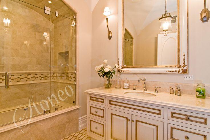Łazienka wykończona beżowym marmurem