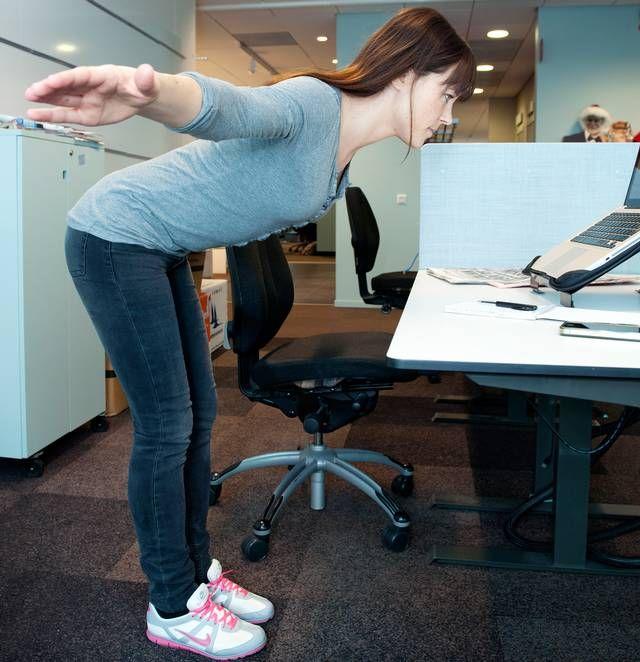 Good mornings Gört: Stå lite mer än höftbrett isär, lätt böjda knän och sträck ut armarna åt sidorna. Böj på knäna och fäll fram överkroppen. Håll ryggen rak och bröstet riktat uppåt under hela övningen. Vänd tillbaka innan du vill böja på ryggen. Upprepa 10–15 gånger. Här ska det ta: Rygg, baksida lår, rumpa, bål.