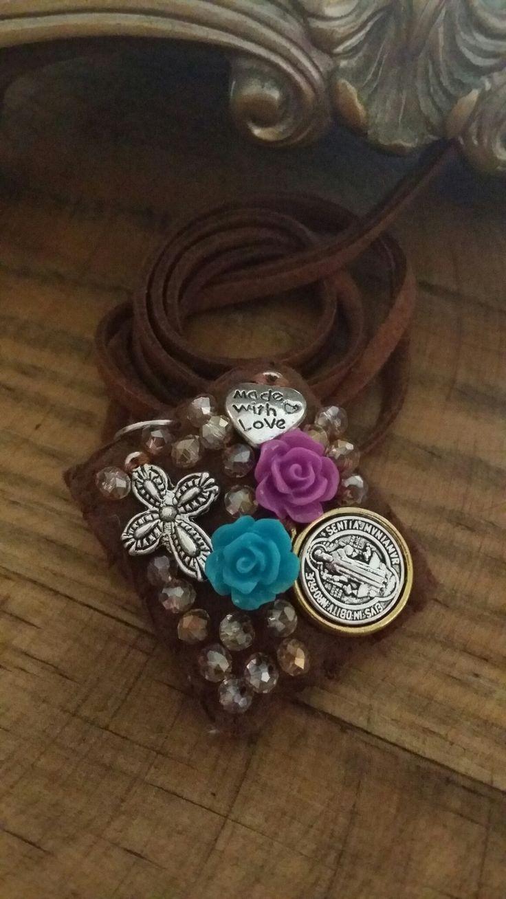 Escapulario bordado con cristal , flores de resina y medalla de san benito. By Moni G.