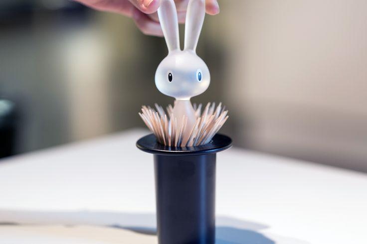 Komu się podoba ten magiczny króliczek Alessi? W kapeluszu kryje bardzo praktyczne rzeczy ;)