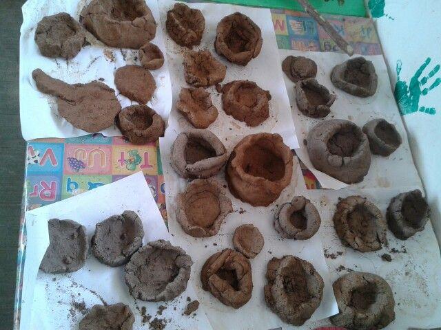 Vasijas de la prehistoria elaboradas por los niños con lodo