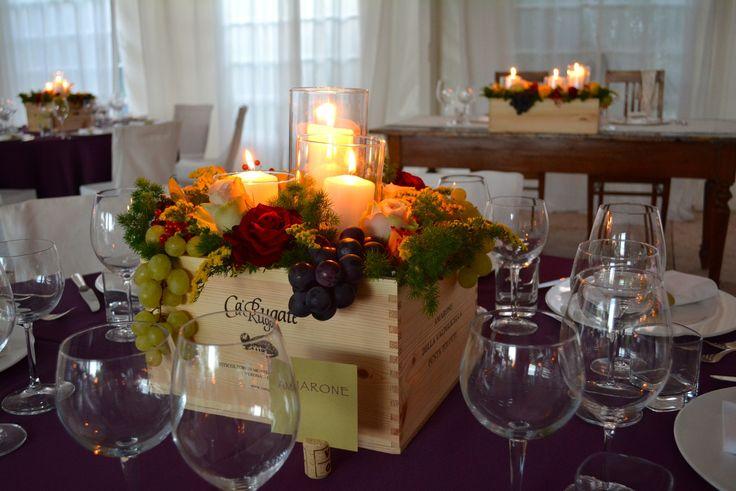 Cassetta di legno, segnaposto in sughero, composizione mista con uva, candele