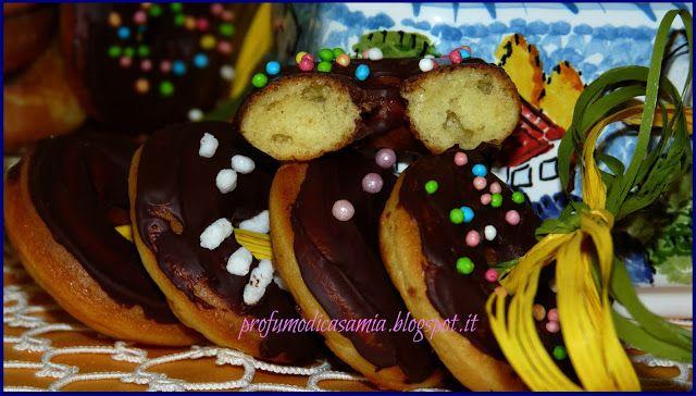 Profumo di casa mia: Mini donuts 80 mini donuts  250 gr di farina 125 di zucchero 250 gr di latte vaniglia 3 uova 50ml di olio  1 bustina di lievito per dolci 1 pizzico di sale  per decorare: 40 gr di cioccolata fondente (io Coop) 20 gr di cioccolata al latte (sempre Coop) caramelline e zuccherini a piacere