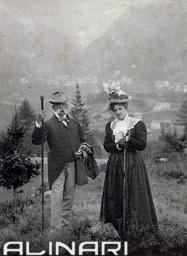 Ritratto del re Umberto I e della regina Margherita di Savoia durante una passeggiata in montagna. Gli effigiati vestono semplici abiti da giorno #TuscanyAgriturismoGiratola