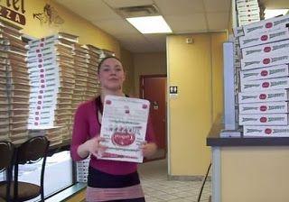 ΑΠΟΚΛΕΙΕΤΑΙ: Τι κάνει το κορίτσι; Αυτή η κοπέλα φτιάχνει κουτιά πίτσας σαν ρομπότ [video]