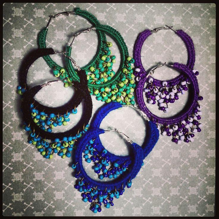 lindos aritos de argolla de todos los colores tejidos a crochet con apliques de mostacilla